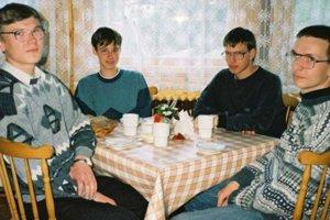 Fotografia vznikla v roku 1997. Chlapec bez okuliarov, Tomasz Czajka, dnes pracuje pre SpaceX.