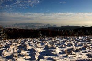 Južný pohľad z vrchu Čergov, kde vedľa výrazného Oblíka (posledný vľavo) sa raz za uhorský rok zjavia rumunské Karpaty.