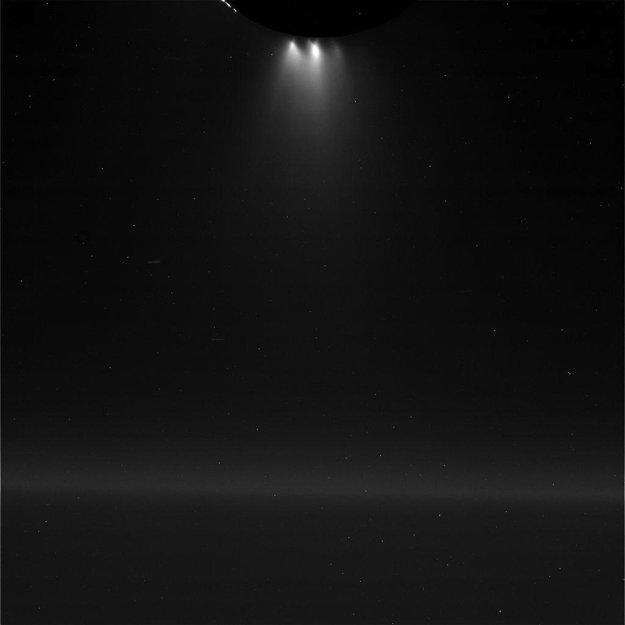 28. októbra - Sonda Cassini urobila záber Saturnovho ľadového mesiaca Enceladus počas blízkeho preletu