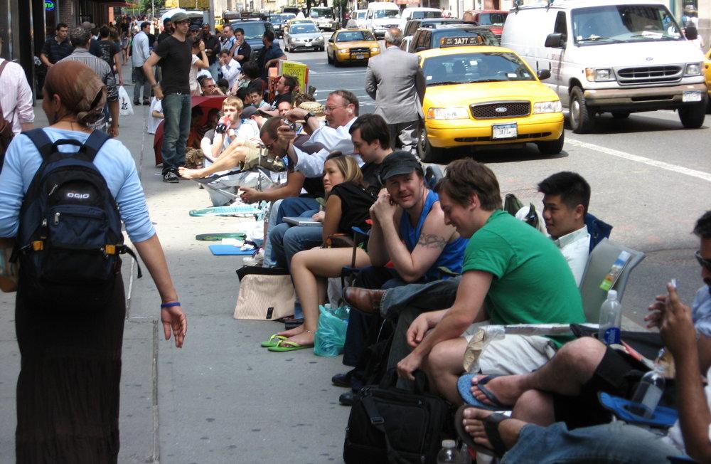Ľudia čakajú na spustenie predaja nového iPhonu