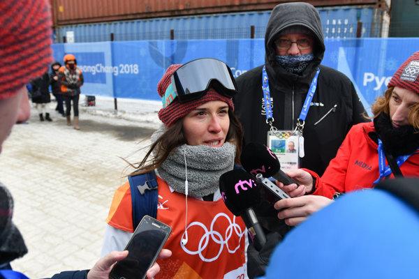 Klaudia Medlová odpovedá na otázky novinárov po zrušení kvalifikácie disciplíny slopestyle.