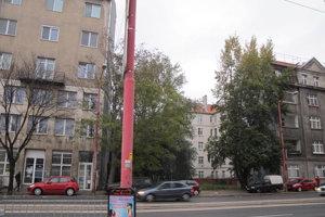 Budova, s výrazným nápisom Plaváreň na travertínovom priečelí, slúžila ako hlavný vstup do kúpeľov.