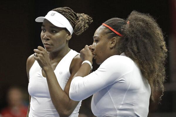 Serena Williamsová sa vrátila na súťažné kurty v zápase Pohára federácie po boku svojej sestry Venus.