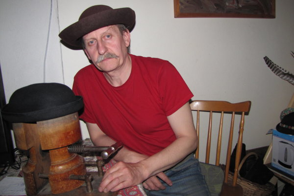 Peter Slovák vyrába klobúky už takmer 25 rokov.