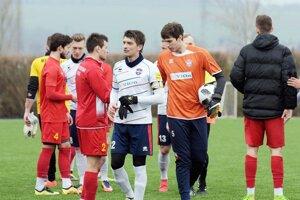 Mužstvo FC ViOn povedie do jari ako kapitán Martin Chren (v strede).