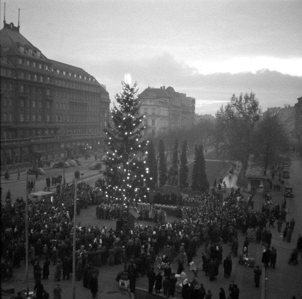 Rozsvietenie vianočného stromčeka na Hviezdoslavovom námestí v Bratislave 5. decembra 1948.