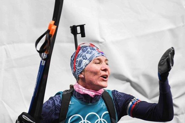 Slovenská biatlonistka Anastasia Kuzminová sa teší z druhého miesta v cieli.
