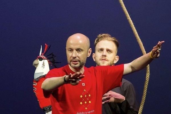 Viktor Kollár (v červenom) počas skúšky Ostrova  pokladov.