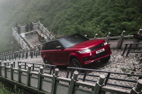 Hybridný Range Rover Sport vo februári prekonal 999 schodov vedúcich k Nebeskej bráne v Číne. Už čoskoro by to mohol zvládnuť aj bez pomoci vodiča.
