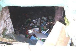 Do útrob budovy hádžu nevychovanci rôzne odpadky.