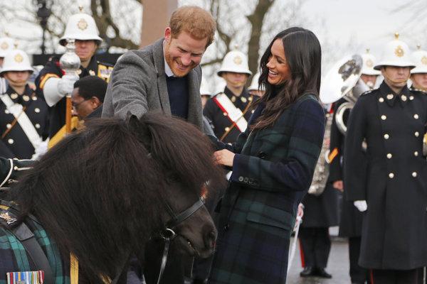 Britský princ Harry a jeho snúbenica Meghan Markleová pri návšteve Škótska.