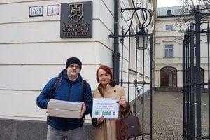 Katarína Macháčková s vedúcim svojej kancelárie Alojzom Vlčkom pred Úradom vlády.