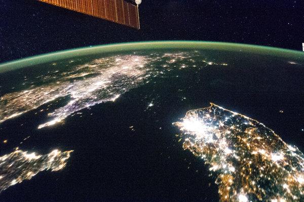 Sever a juh. Kým komunistická krajina je v noci tmavá, rozvinutá Južná Kórea žiari.