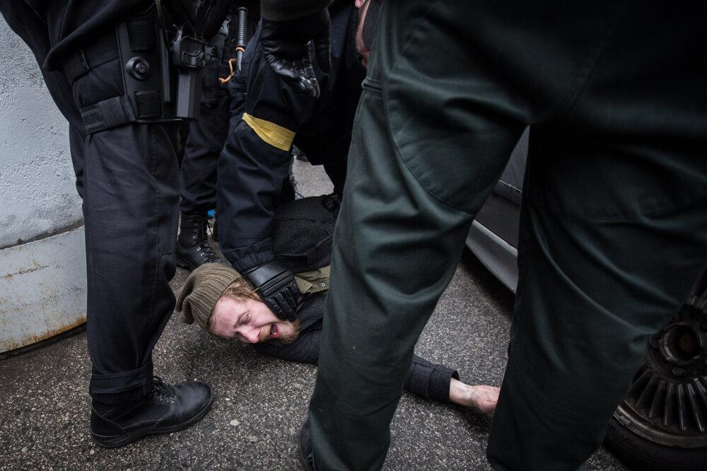 Polícia zatýka Róberta Mihályho počas blokády pochodu neonacistou k hrobu Jozefa Tisa. (14. 3. 2015, Bratislava)