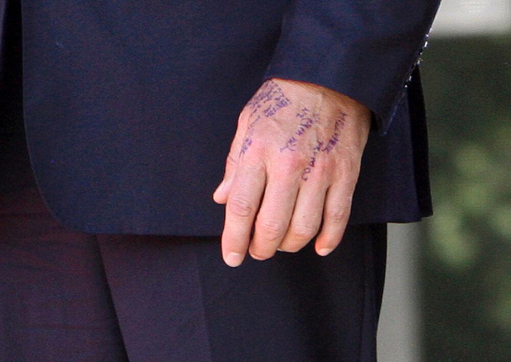 Oslavy 71. výročia Slovenského národného povstania. Robert Fico pred prejavom pri písaní ťaháku na ruku. (29. 8. 2015, Banská Bystrica)