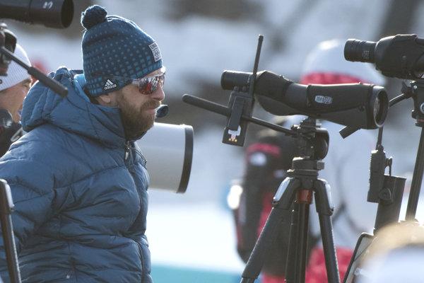 Daniel Kuzmin sleduje vystúpenie svojej manželky vo vytrvalostných pretekoch na 15 kilometrov.