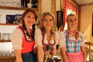 V známom seriáli hrala Dominika Richterová (vpravo) Ruženku. Na snímke s Mirkou Partlovou (v strede) a Andreou Karnasovou.