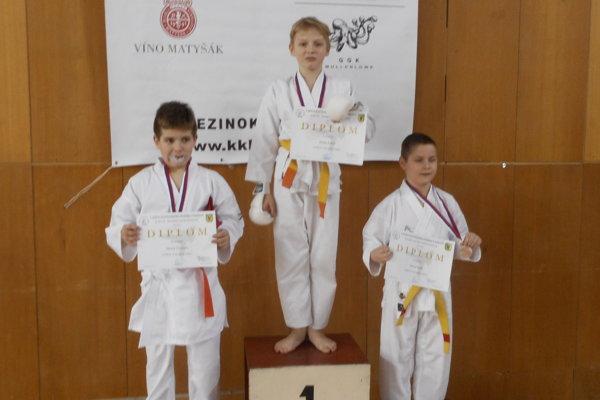 Kumite chlapci 9-10 rokov do 150 cm. Branislav Kubeň (v strede) a Marek Tomčala (vľavo).