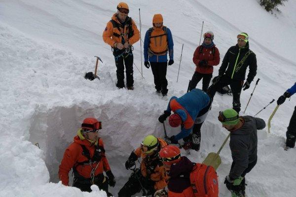 Leteckí záchranári už zasypanému mužovi nedokázali pomôcť.