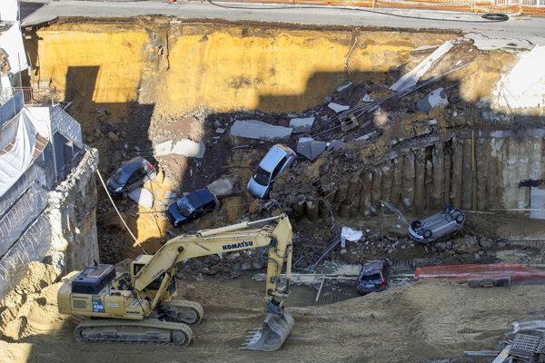 Diera v ceste vznikla na mieste neďalekej výstavby.