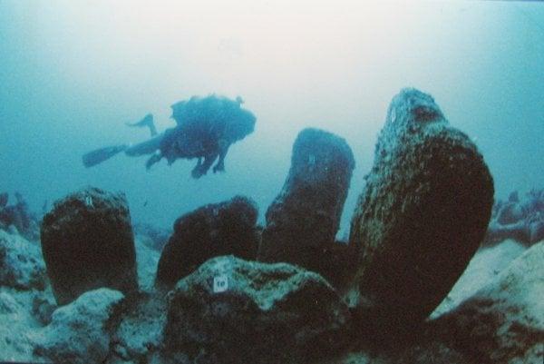 Potápač pri kameňoch v Atlit-Yam.