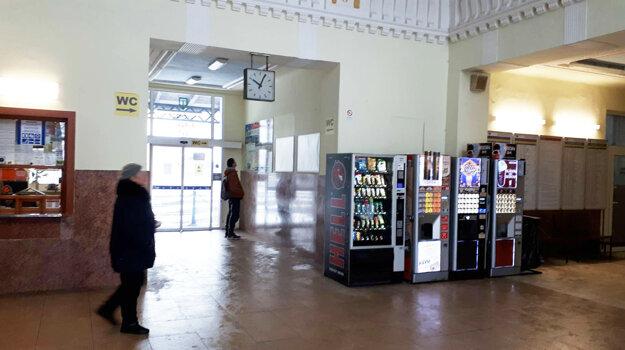 O neveľký interiér sa cestujúci delia často aj s bezdomovcami.