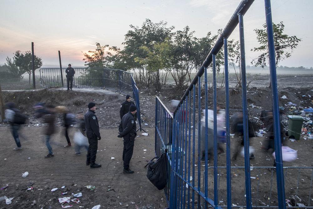 Utečenci za svitania prechádzajú zo Srbska do Chorvátka pri Berkasove. Častokrát museli niekoľko hodín vchlade čakať, kým Chorváti otvorili hranicu. Českí aslovenskí dobrovoľníci im zatiaľ rozdávali teplé oblečenie ačaj.