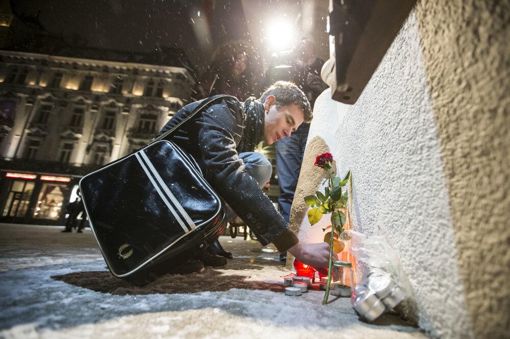 Prvé sviečky pred francúzskym veľvyslanectvom vBratislave po útoku na redakciu Charlie Hebdo.