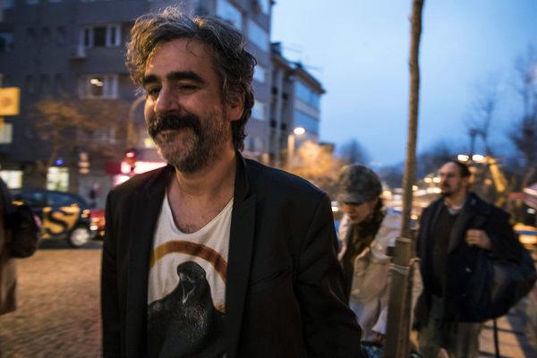 Deniz Yücel na istanbulskej ulici po prepustení po viac ako roku väzby.