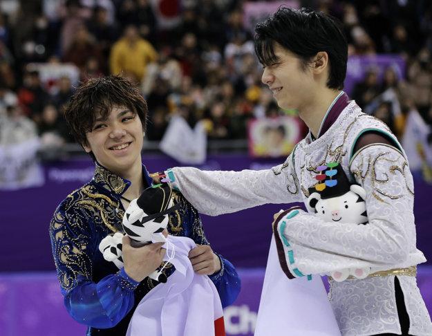 Zlato aj striebro brali Japonco. Vpravo víťaz Juzuru Hanju, vľavo jeho krajan Šoma Uno.
