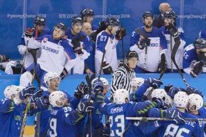 Slovinskí hokejisti sa radujú z víťazstva, Slováci smútia.