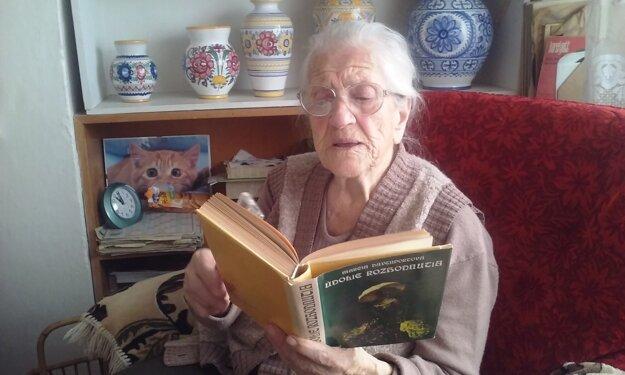 Teta Žofka stále miluje knihy a aj číta.