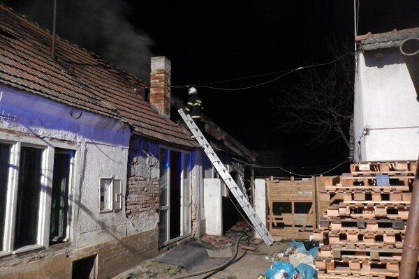 Horela zadná časť domu.