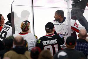 Hráč Washingtonu Capitals Devant Smith-Pelly mal rasistický konflikt s fanúšikmi Blackhawks.