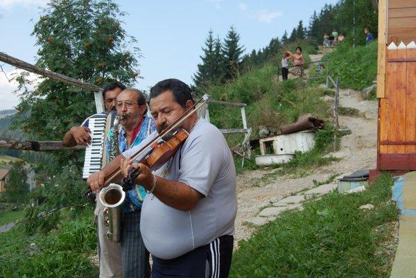 Koncert kapely Bečker na Kufajke v roku 2010. V strede Ján Čonka so saxofónom.
