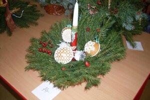 Vianočný svietnik dopĺňajú zdobené medovníky.