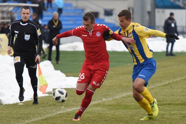 Futbalista Senice Peter Ďungel v súboji o loptu.