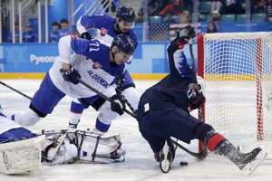 Slovenskí hokejisti bojujú s USA o postup do štvrťfinále.