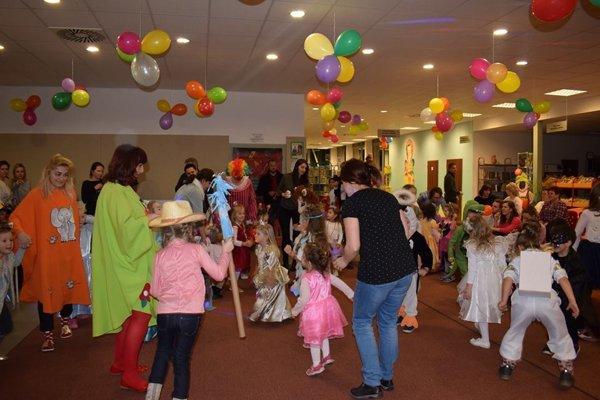 Fašiangovú zábavu prežili deti s rodičmi a starými rodičmi na Rozprávkovom karnevale.
