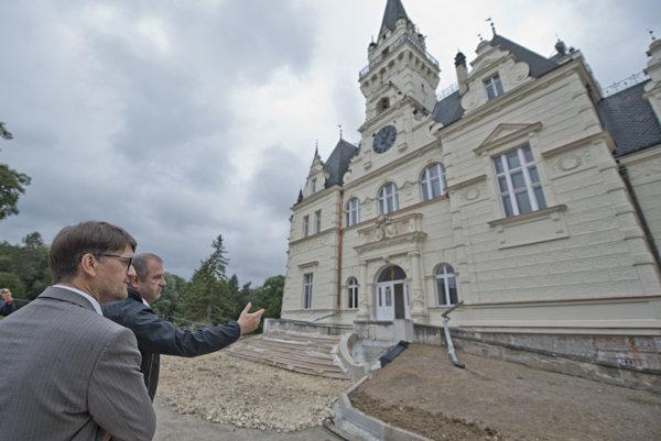 Minister kultúry Marek Maďarič (vľavo) počas prehliadky zrenovovaných priestorov kaštieľa v Budmericiach.