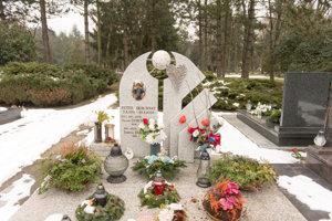 Hrob futbalistu Petra Dubovského návštevníci ľahko nájdu vďaka futbalovej lopte na náhrobnom kameni.