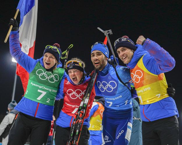 Francúzsky tím oslavuje víťazstvo - Anais Bescondová (vľavo), Marie Dorin Hapertová (druhá zľava), Martin Fourcade (druhý sprava) a Simon Desthieux.