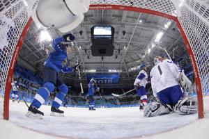 Hokejisti Fínska strieľajú prvý gól do siete Matta Daltona.