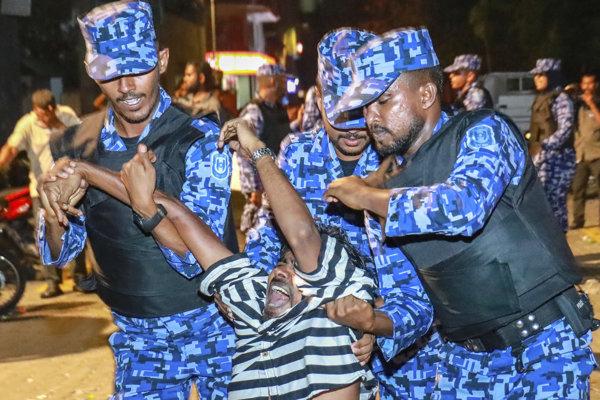 Bezpečnostné sily na Maldivách majú vďaka vyhlásenému výnimočnému stavu zvýšené právomoci.