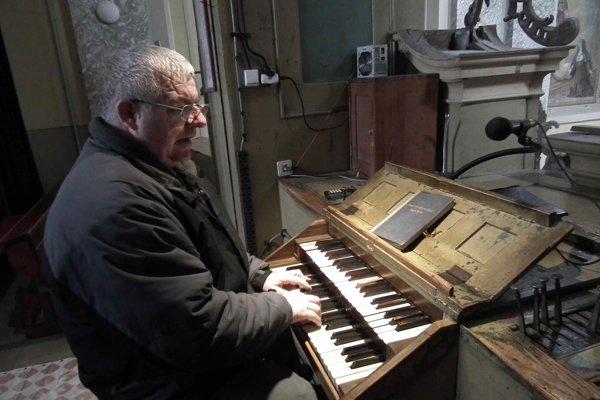 Pavol Koyš hrá na organe už štyridsaťštyri rokov. ⋌FOTO: