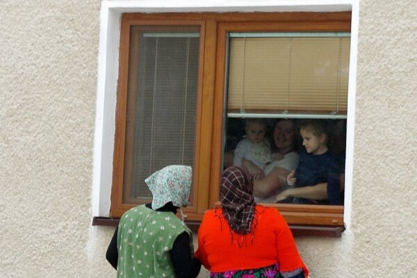 """Deti von ani nevyšli. Asi sa báli. """"Baby"""" s plechovými tvárami nevyzerajú veľmi prívetivo."""