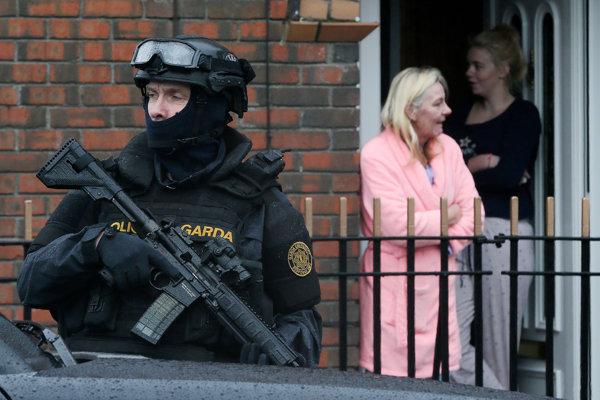 Ozbrojení policajti v uliciach Dublina.