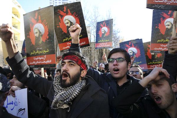Iránski demonštranti skandujú a držia portréty významného saudského šiitského duchovného Nimra an-Nimra.