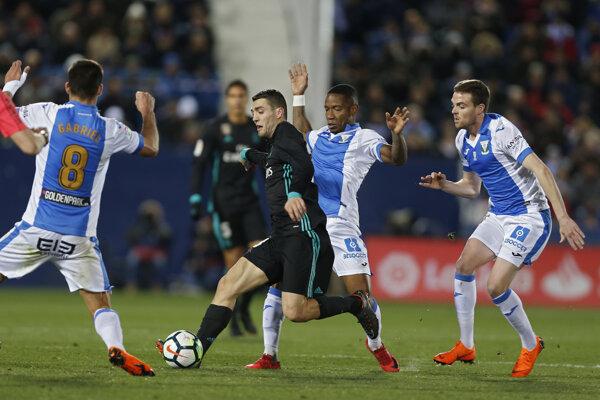 Hráč Realu Mateo Kovacič v súboji s trojicou protihráčov Leganes.