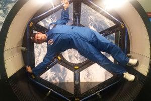 Pohľad na Zem cez okno vesmírneho modulu.